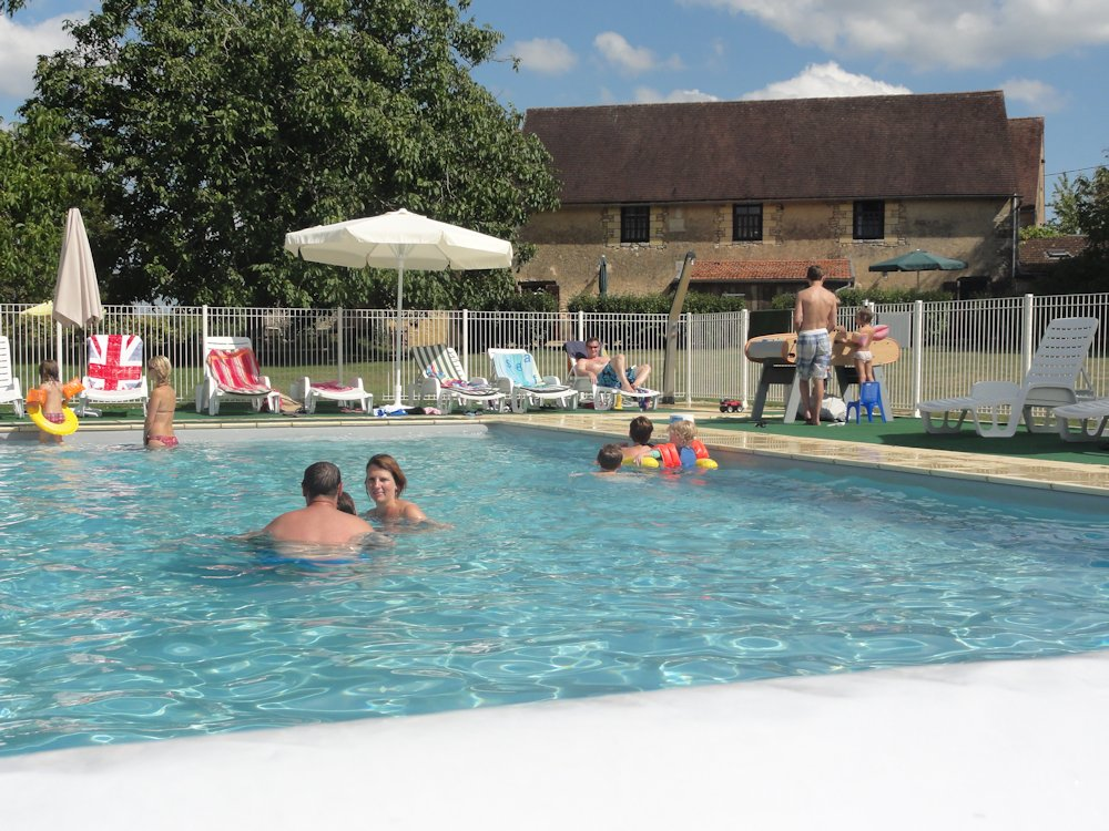 Swimming pool dordogne family holidays for Family holiday cottages with swimming pool